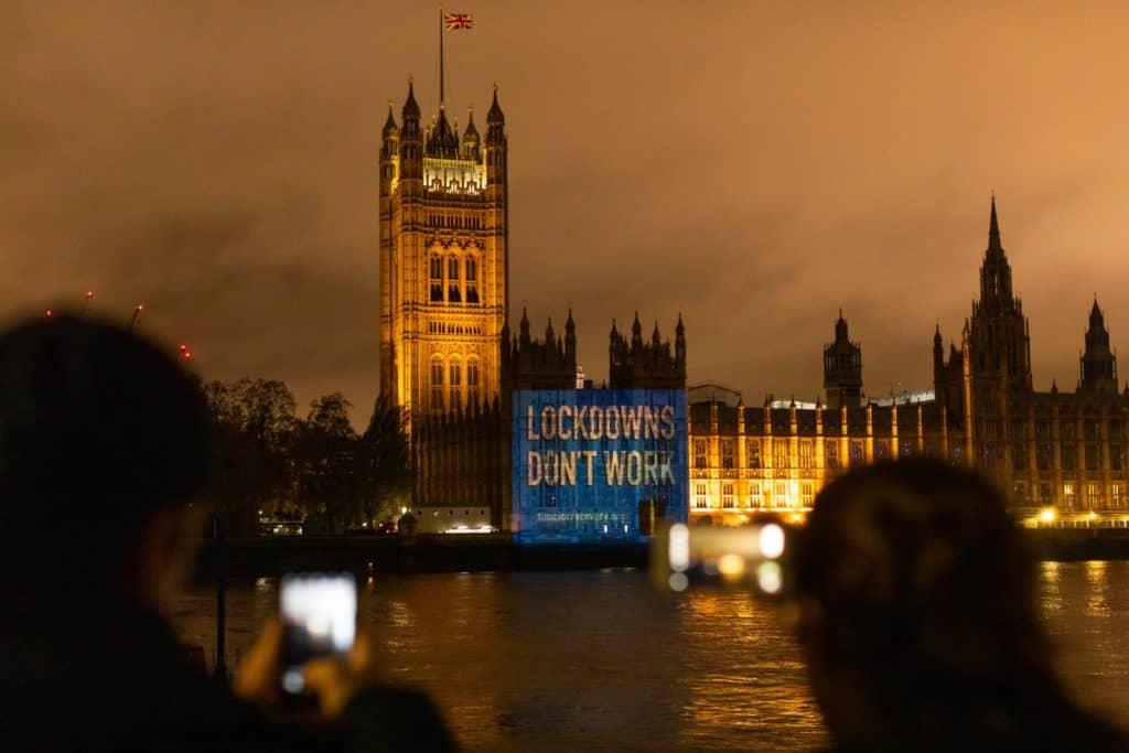 """""""Las cuarentenas no sirven"""": el mensaje que circula en Reino Unido tras el anuncio de Boris Johnson sobre un nuevo confinamiento hasta el 2 de diciembre"""