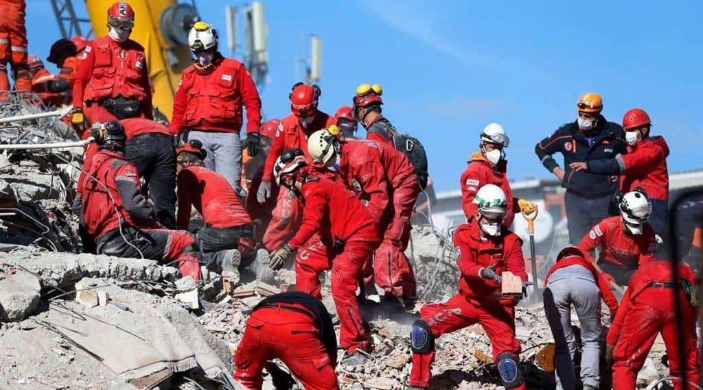 Lograron rescatar a una niña de los escombros casi tres días después del terremoto en Turquía