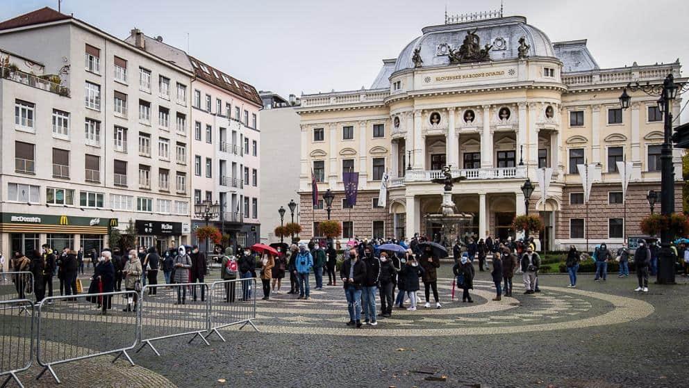 Coronavirus en Eslovaquia: el gobierno testea masivamente a la población para evitar confinamiento y cierre de economía