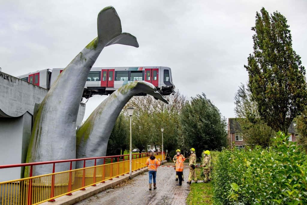 La escultura de una cola de ballena evitó la caída de un tren fuera de control en Róterdam
