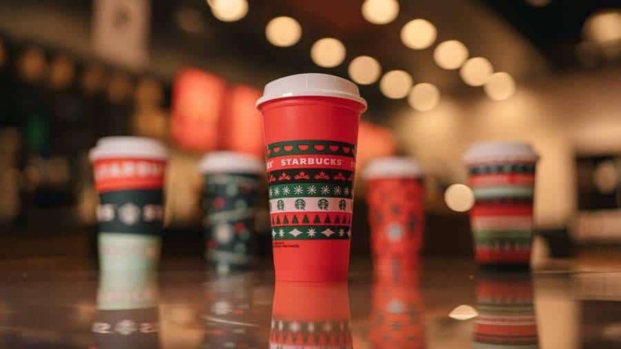 Starbucks presentó sus nuevos vasos con diseños en rojo y verde para celebrar la llegada de la próxima Navidad
