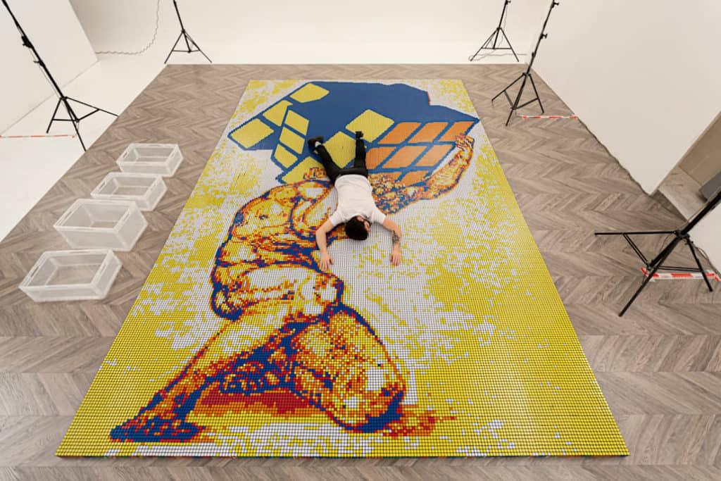 Un artista italiano creó un mosaico utilizando más de 6000 cubos Rubik