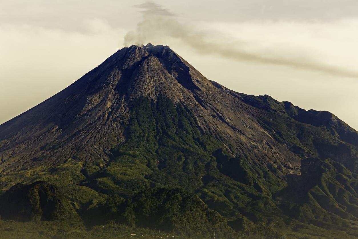 Indonesia: evacuaron a unas 500 personas por riesgo de erupción de uno de sus volcanes más activos