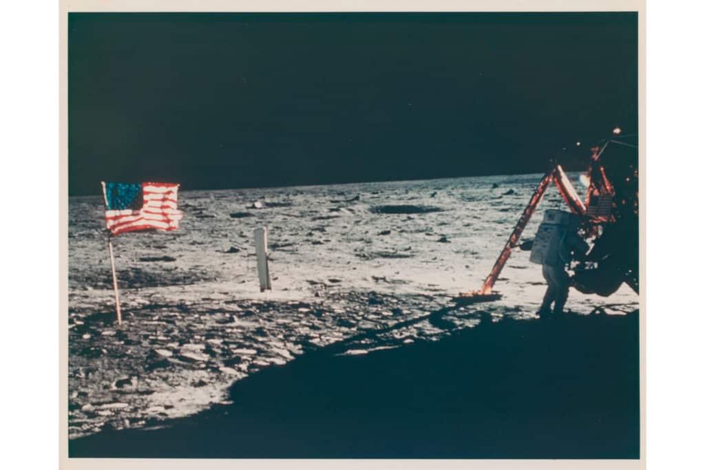 Subastan la primera selfie sacada en el espacio y la única imagen de Neil Armstrong en la luna