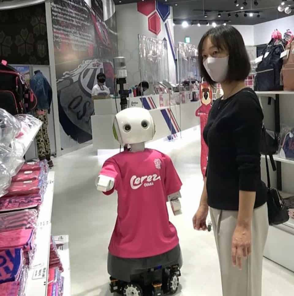 Japón: un negocio de Osaka cuenta con su propio robot que se encarga de pedir a los clientes que usen mascarilla y que cumplan con la distancia social