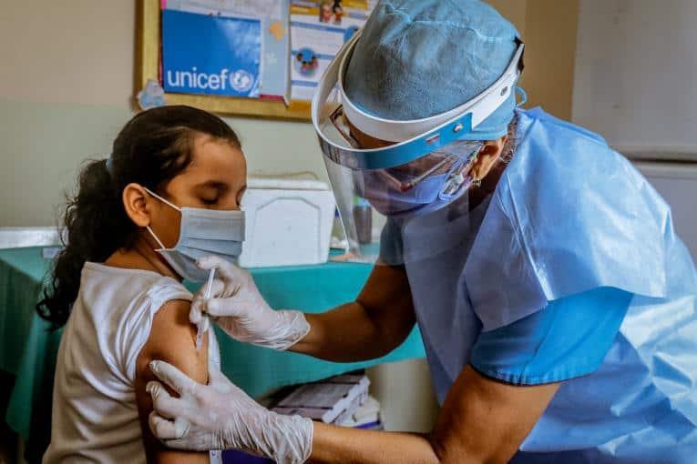 UNICEF convoca a 40 aerolíneas para distribuir la vacuna contra el COVID-19 a un 70% de la población mundial