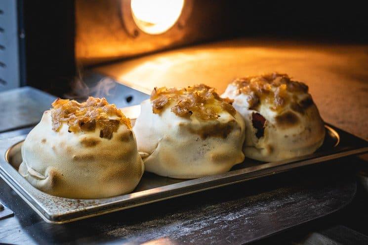 Hamburguesa envuelta en masa de pizza: Así es Massburg, la nueva tendencia gastronómica en Madrid que causa furor