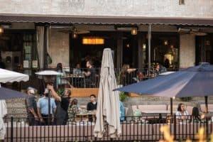 Estados Unidos: en Los Ángeles los bares y restaurantes solo podrán ofrecer comida para llevar o delivery