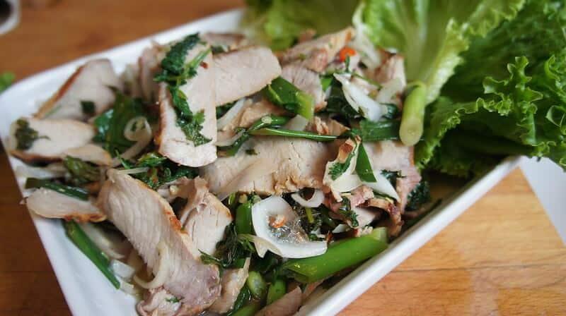 mejores platos de comida tailandesa Nam tok Moo
