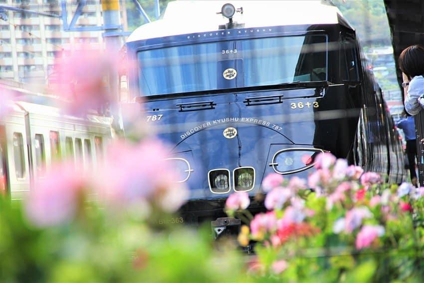 Japón: este tren de lujo lleva a turistas a recorrer una de las islas más grandes del mundo