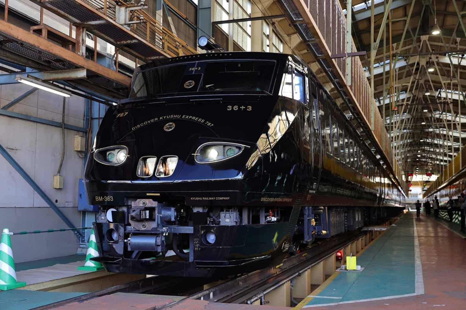Este tren de lujo lleva a turistas a recorrer una de las islas más grandes de Japón