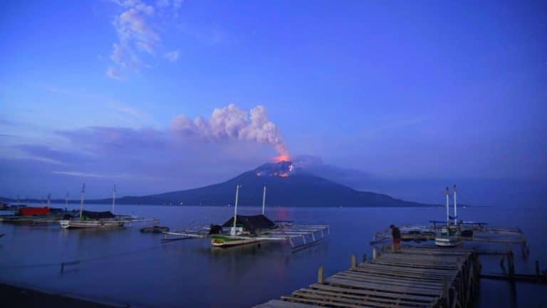 Indonesia: entró en erupción el volcán Lewotolo y generó la evacuación de casi 3000 personas
