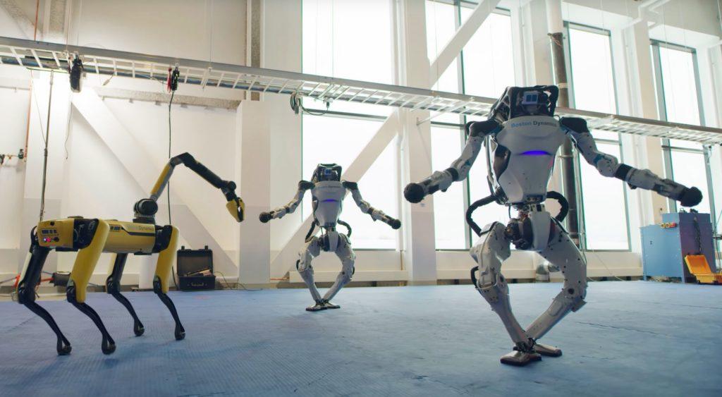 Esta compañía despide el año con sus robots moviéndose en la pista de baile con una gran coreografía
