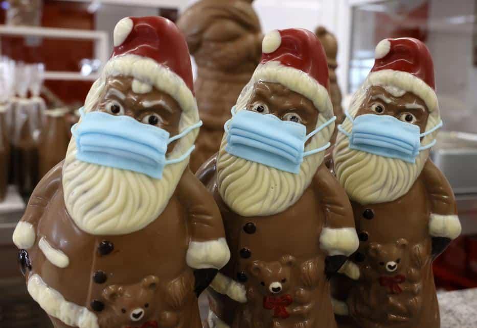 [FOTOS] Una empresa chocolatera comenzó la producción de las típicas figuras de Papá Noel en chocolate... ¡con mascarillas!