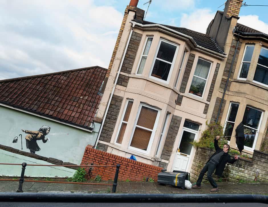 Bansky sorprende con nueva obra en Inglaterra: un estornudo en la calle más empinada de la ciudad de Bristol crea un efecto óptico insuperable en tiempos de pandemia