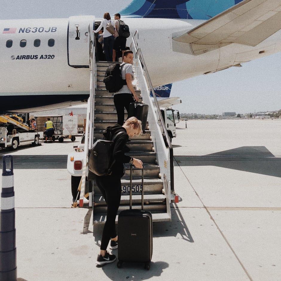 Una startup española ayuda a disfrutar vuelos sin cargar maletas: se factura el equipaje desde casa y lo retiran mediante servicio de delivery