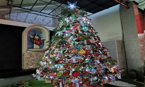 Una iglesia de Indonesia decoró su árbol de Navidad con mascarillas para generar conciencia sobre el COVID-19