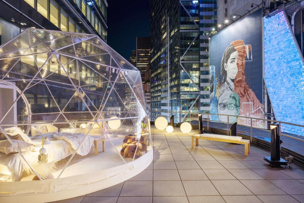 Dormir en una burbuja en Times Square es la nueva experiencia de Airbnb para las Fiestas que podría volverse furor el resto del año