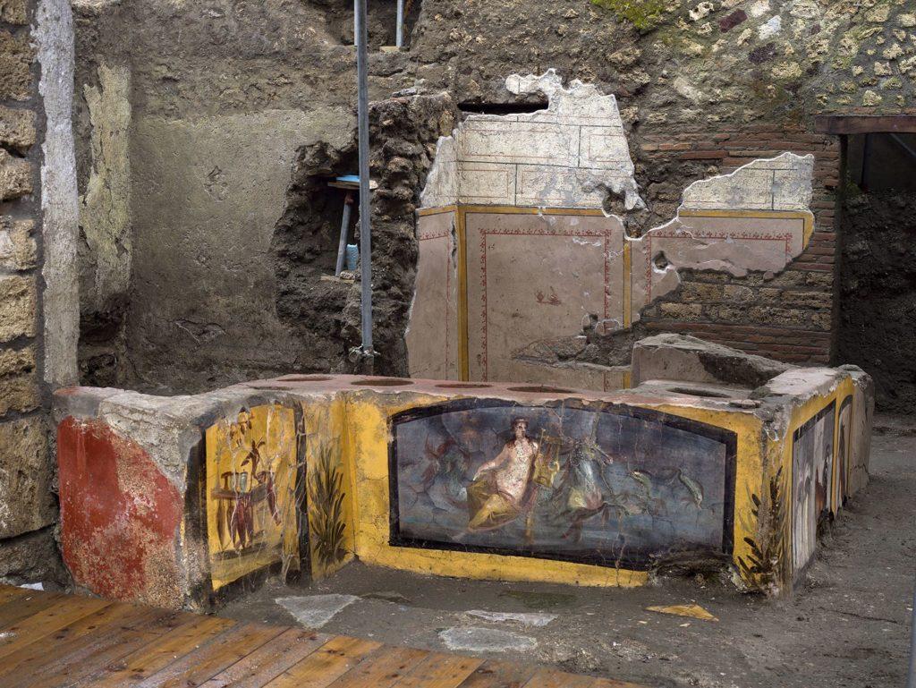 Descubrieron un termopolio bajo las cenizas de Pompeya, sería el equivalente a un restaurante de comida rápida actual