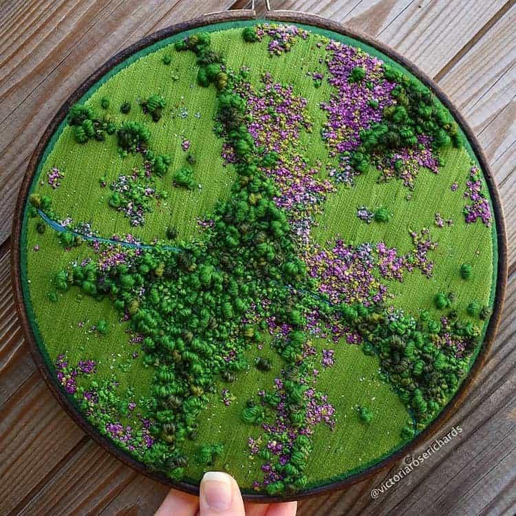 Estos bordados 3D de paisajes capturan coloridas vistas aéreas de las zonas rurales de Inglaterra