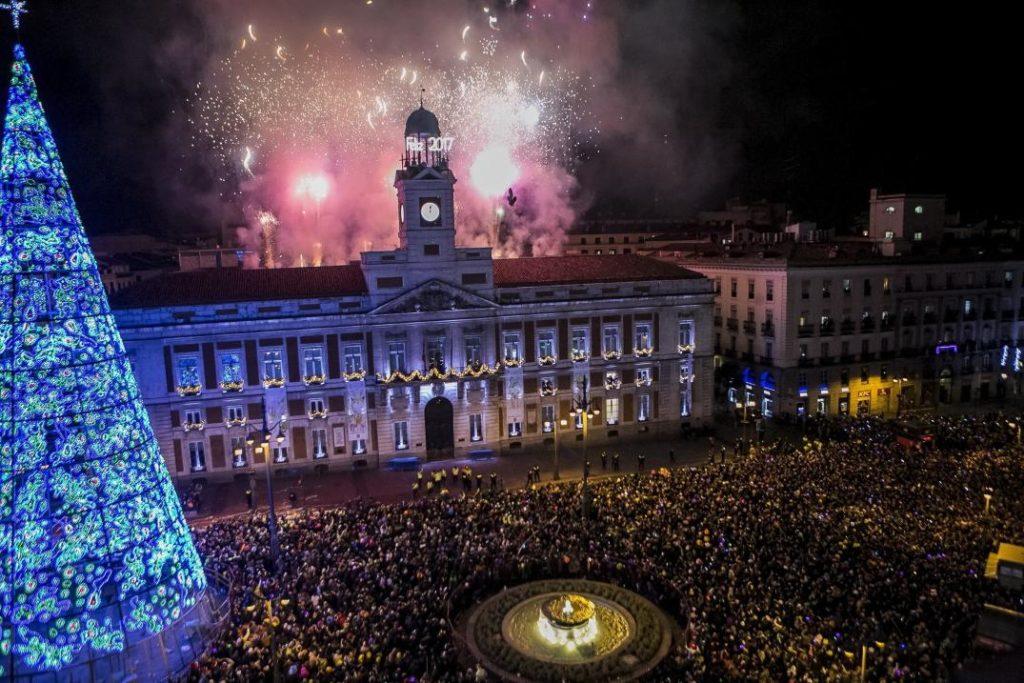 El ritual de las 12 uvas antes de brindar con champagne: Así es como se celebra el Año Nuevo en España