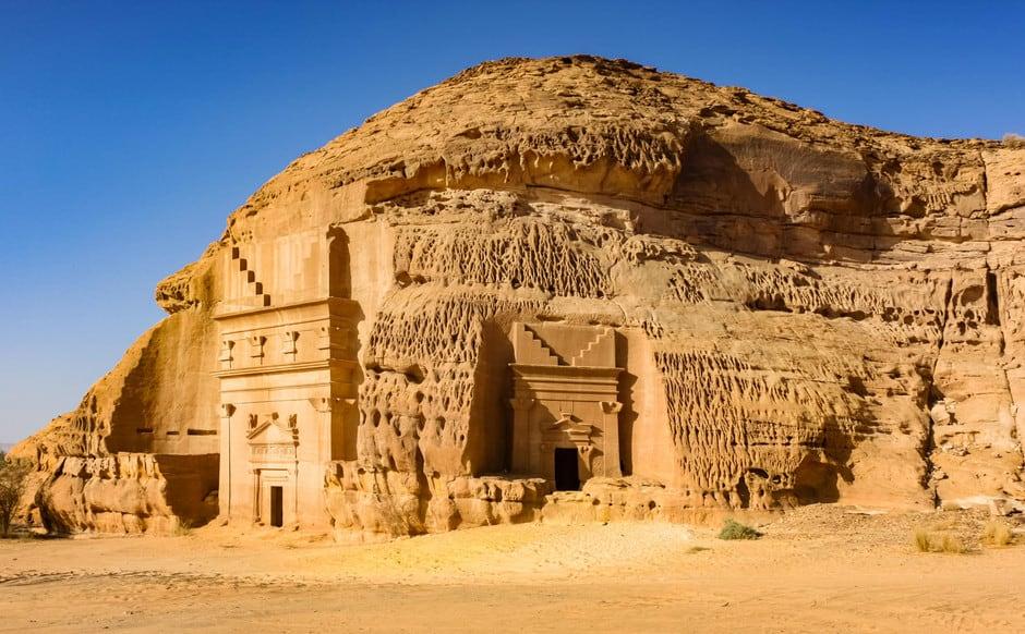 Arabia Saudí abre Hegra por primera vez al turismo extranjero, un destino comparable al sitio arqueológico de Petra en Jordania
