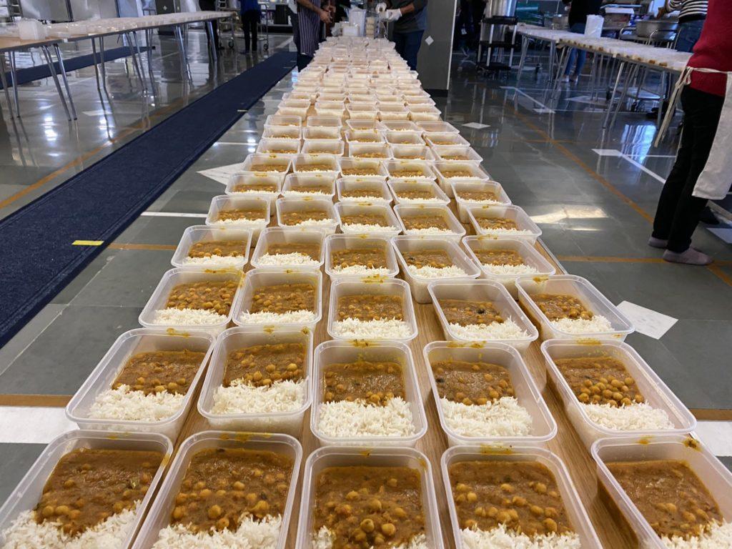 Voluntarios preparan 6.000 comidas para camioneros varados por las restricciones impuestas en Francia tras nueva cepa de COVID-19 en Reino Unido