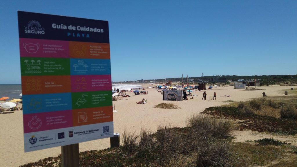 Uruguay Utilizó Por Primera Vez La Nueva Bandera De &Quot;Aglomeración&Quot; En Una De Sus Playas De Punta Del Este