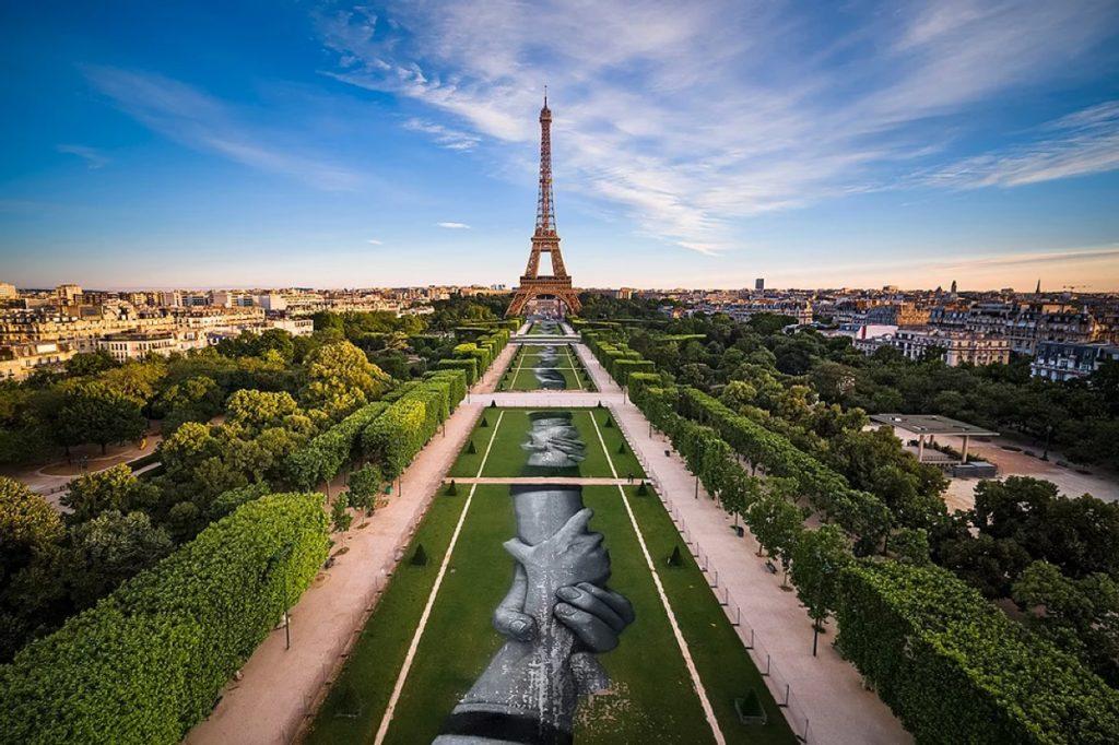 Un artista francés busca formar la cadena humana más grande pintando manos juntas alrededor del mundo en grandes áreas de césped
