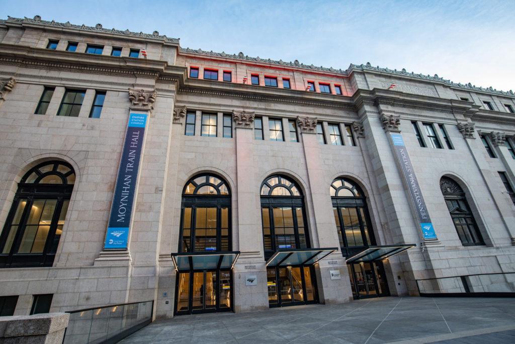 La estación de trenes Penn Station, Nueva York, fue remodelada y ahora recibe a los pasajeros con obras de arte