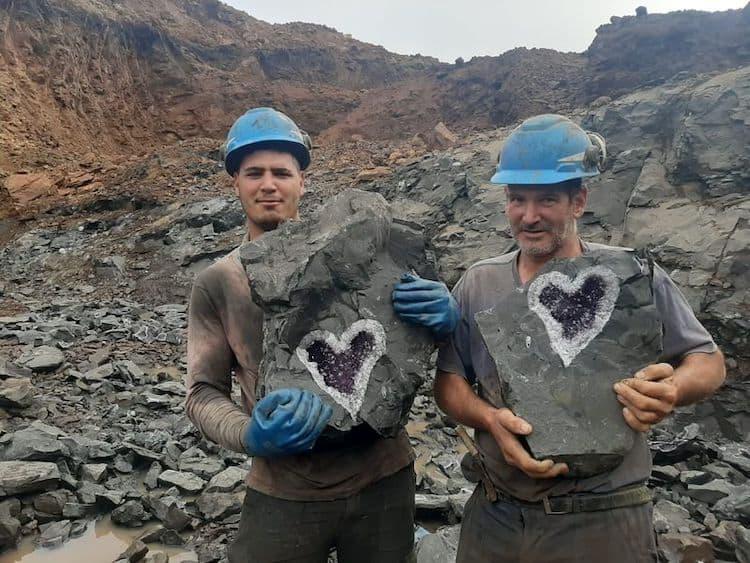 Mineros uruguayos descubren una increíble geoda de amatista en forma de corazón