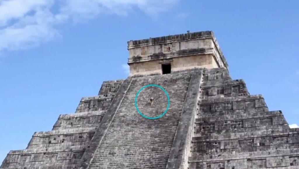 Una mujer violó la seguridad y subió a la pirámide de Kukulkán, en México, con las cenizas de su marido para cumplir una promesa