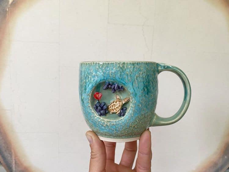 Esta artista crea tazas de cerámica colocando tiernas esculturas de animales miniatura dentro de escondites pequeños