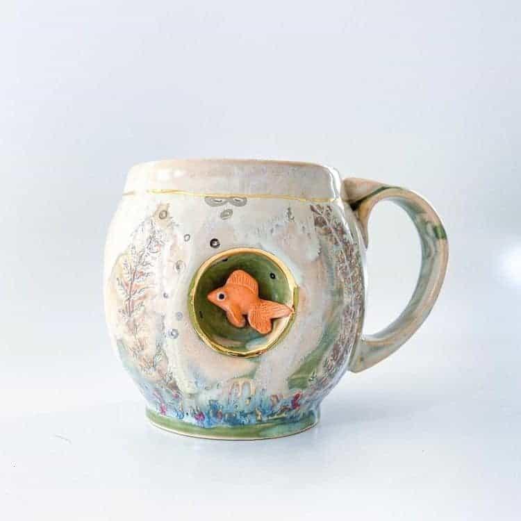 imagen esculturas de animales Esta artista crea tazas de ceramica colocando tiernas esculturas de animales miniatura dentro de escondites pequenos 6