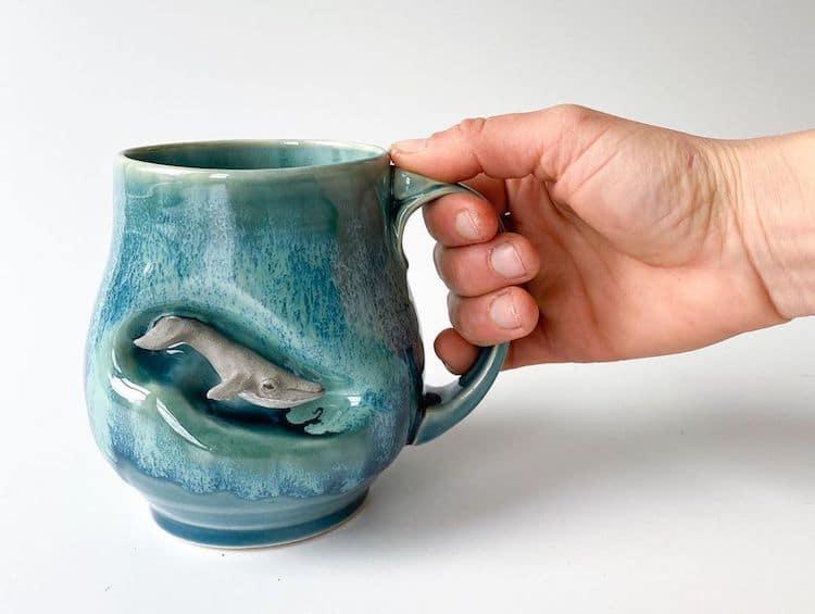imagen esculturas de animales Esta artista crea tazas de ceramica colocando tiernas esculturas de animales miniatura dentro de escondites pequenos 7