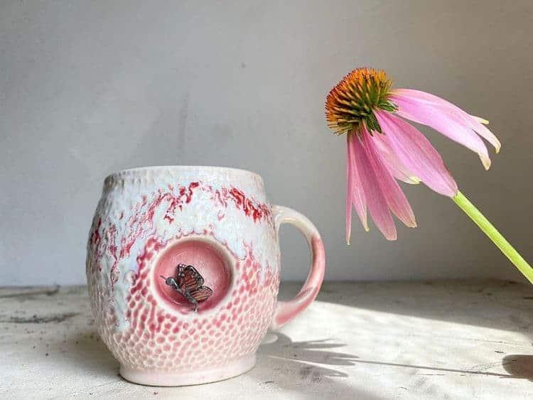 imagen esculturas de animales Esta artista crea tazas de ceramica colocando tiernas esculturas de animales miniatura dentro de escondites pequenos 9