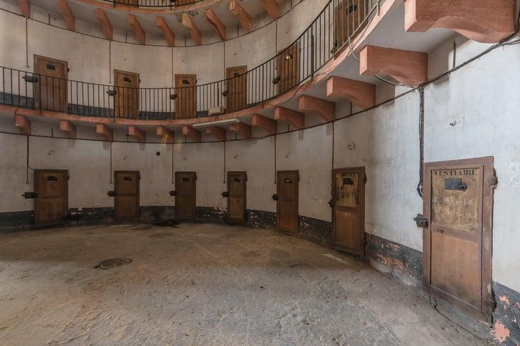prisión de Autun Francia Asi es como luce hoy la prision abandonada de Autun una de las primeras en adoptar el modelo panoptico 3