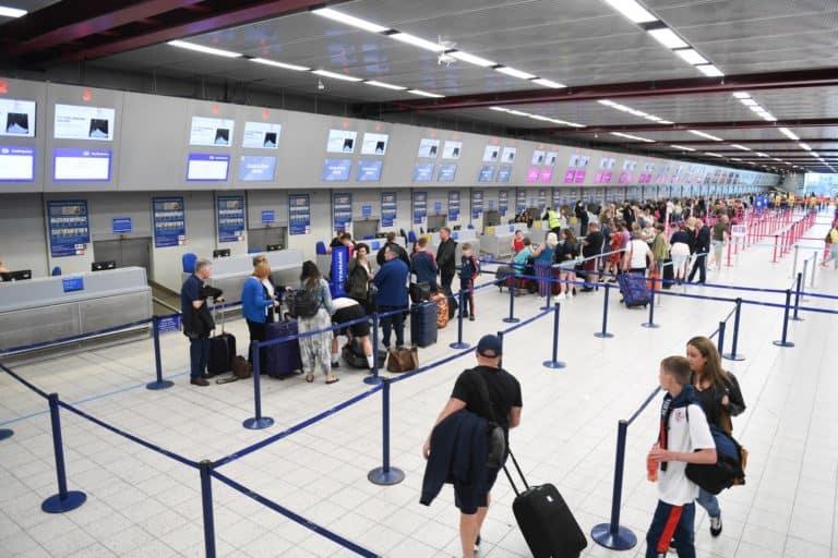 Las personas que viajen a Inglaterra tendrán que presentar una prueba negativa de COVID-19 antes de abordar