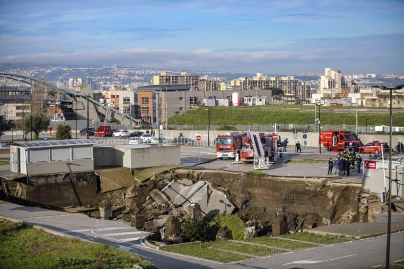 Italia: se abrió un gran sumidero en el estacionamiento de un hospital de Nápoles, Italia