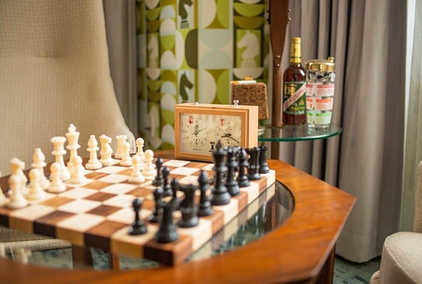 Esta habitación de hotel está inspirada en The Queen's Gambit y hasta incluye las piezas de ajedrez en el techo