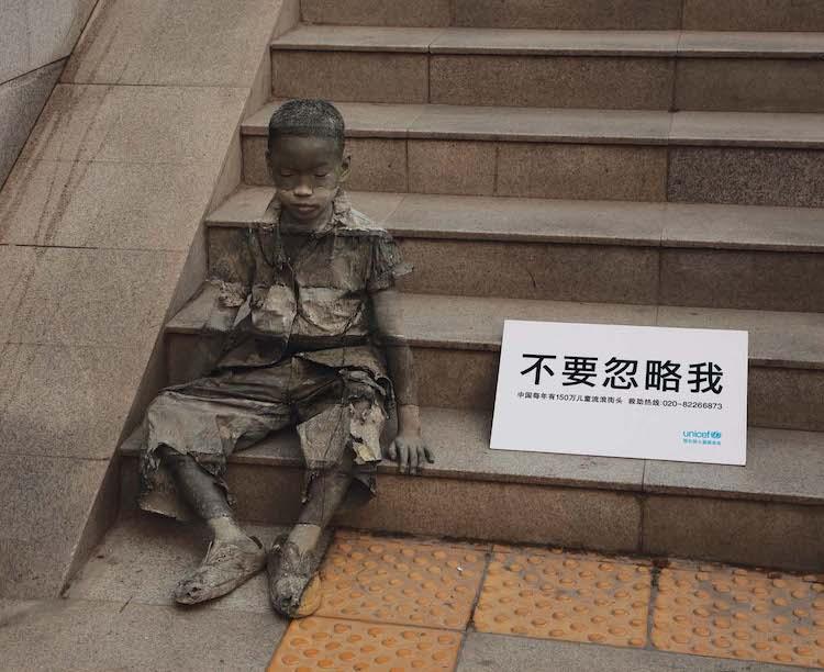 Una campaña de UNICEF en China muestra la invisibilidad de la pobreza a partir de pinturas mimetizadas con el paisaje urbano