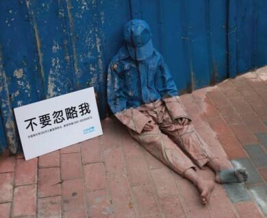 """Una campaña de UNICEF en China muestra la """"invisibilidad de la pobreza"""" a partir de pinturas mimetizadas con el paisaje urbano 2"""