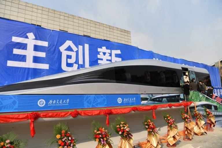 China presentó su nuevo tren que levita y puede viajar a una velocidad de hasta unos 620 kilómetros por hora
