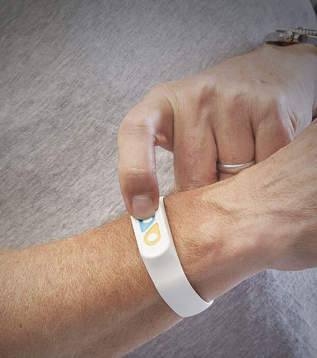Diseñan una pulsera que le deja a saber a tus jefes si no eres feliz