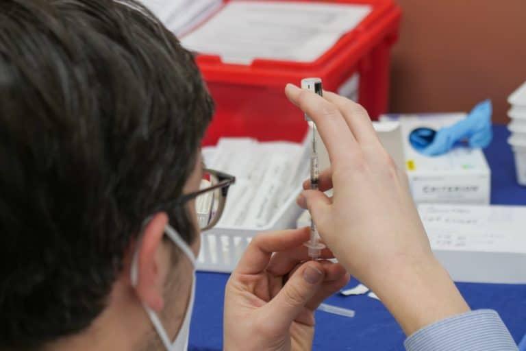 """Florida toma nuevas medidas para frenar el """"turismo de vacunas"""" relacionado a las dosis contra el COVID-19"""
