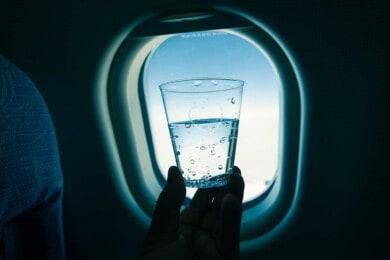 nunca debes tomar agua en los aviones