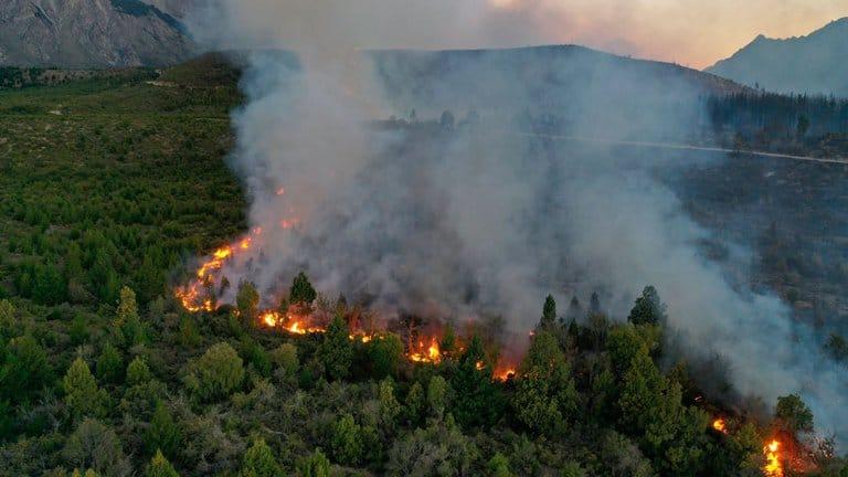 Preocupa atroz incendio en El Bolsón: comenzó el domingo, ya arrasó 6.500 hectáreas y aún no pueden controlarlo