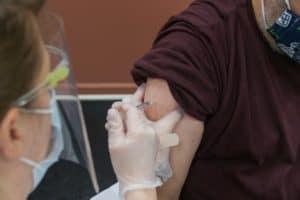 Nueva encuesta revela que más del 80% de los neerlandeses está dispuesto a vacunarse para viajar al extranjero