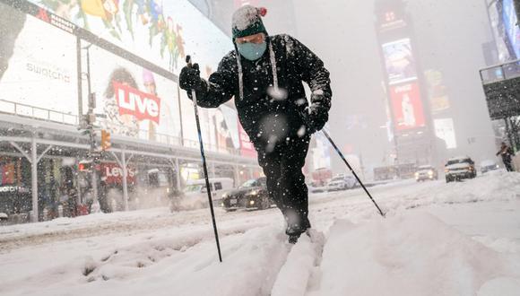 Nueva York decreta el estado de emergencia mientras espera la tormenta de nieve más intensa de los últimos cinco años: cierran las escuelas y frenan el plan de vacunación
