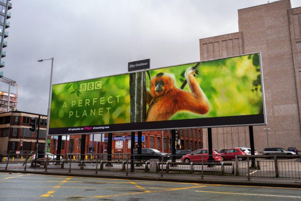 La BBC 'prende fuego' una valla publicitaria para promocionar su nueva serie de documentales A Perfect Planet